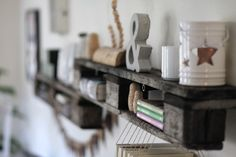 WOHN:PROJEKT: DIY/Inspiration: Das 100. Posting oder: Unser neues Upcycling-Paletten-Regal, eine Wimpelkette aus Leder und ein gerahmtes Geschirrtuch
