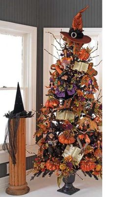 """Halloween Tree - I actually like this idea. I would put up the """"Christmas Tree"""" but decorate it for Halloween, then Thanksgiving, then Christmas. I love decorating! Primer Halloween, Table Halloween, Fröhliches Halloween, Adornos Halloween, Holidays Halloween, Halloween Clothes, Halloween Goodies, Halloween Sewing, Halloween Banner"""