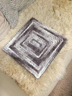 100均の材料だけで、とっても簡単にふわふわポコポコの可愛いマットが作れます! facebookのグループ「編み物がすき。」で、鬼頭敦子さんに教えて頂き、掲載も許可して頂きました! 太っ腹鬼頭さんに感謝です! かぎ針を使いますが編み物が出来ない人でも大丈夫! そして、このマットの名前が付きました! 「キトーズぽこぽこマット」です♡ facebook「編み物が好き。」の小笠原さん命名でございますよ♡ ぜひ作ってみて下さい♡ Knooking Tutorial, Diy Craft Projects, Diy And Crafts, Knitting For Beginners, Knitting Stitches, Fiber Art, Free Crochet, Hand Weaving, Crochet Patterns