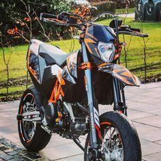 Ktm 690 smc-r in Schwarz mit Orange Ktm Supermoto, Ktm 690 Enduro, Enduro Motocross, Ducati Hypermotard, Moto Car, Moto Bike, Ktm Motorcycles, Dirt Bike Gear, Motorcycle Photography