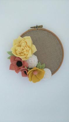 Un cercle à broder, une toile de lin et des fleurs en feutrine. Voilà une idée déco rapide à réaliser et très facile.