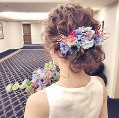 ウェディングドレスにぴったりの髪型30選♡『ゆるふわ』でおしゃれ花嫁に | 結婚式準備はウェディングニュース Wedding Hair Flowers, Flowers In Hair, Wedding Dresses, Wedding Theme Inspiration, Floral Hair, Headdress, Wedding Tips, Bridal Hair, Wedding Hairstyles