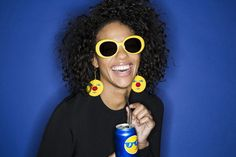 """O estilista americano Jeremy Scott tem mais uma parceria pra sua lista: ele agora assina uma coleção cápsula de óculos com a Pepsi Co com estampas inspiradas em emojis. Scott disse em entrevista pro """"WWD"""" que essa é a oportunidade perfeita de juntar seu trabalho com as iconografias clássicas da Pepsi e dos emojis – já que ele adora ícones pop!"""