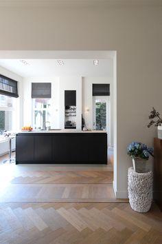 Renovatie villa Den Haag door Theuns interieurbouw ism Euroconstruct en FOAM architecten. De opdrachtgever had een duidelijke wens als het gaat om het materiaal. Er is voor alle meubels gekozen voor zwart gebeitst eiken fineer. Theuns interieurbouw realiseerde het maatwerk in de keuken, de badkamer meubels, verdekte schappen en bureaus. | De beste interieurbouwers vind je op OBLY. Laat je inspireren.