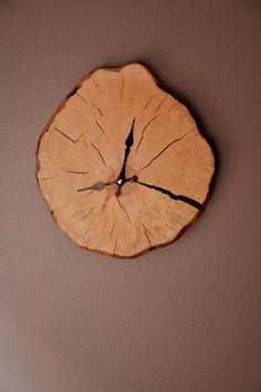 Wanduhr aus einer Baumscheibe // wooden wall clock via DaWanda.com