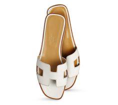Hermès Oran Sandales plates pour femme en Veau Box Blanc, piqûres Havane, semelle en cuir