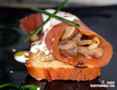 Rollito de salmón ahumado con champiñones y queso ahumado