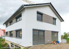 Die hölzernen Fassadenelemente wurden in  Weißtanne als Rhombusschalung ausgeführt. Die Elemente waren bei Einbau vorverdaut.