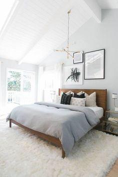 Droomslaapkamer! Lekker licht en toch warm door het kleed en het houten bed.