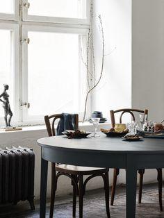 A home with a soul - Alcro Trend: Styling Josefin Hååg Photo Kristofer Johnsson . Vintage Industrial Decor, Vintage Home Decor, Industrial Bedroom, Industrial Loft, Bedroom Vintage, Vintage Lighting, Industrial Design, Vintage Style, Dining Room Inspiration
