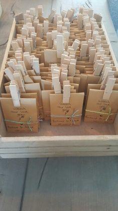Leuke DIY bedankjes voor een bruiloft. Kraftzakjes gevuld met bloemenzaadjes.
