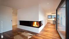 drewniana podłoga, kominek narożny, dywan skóra lisa