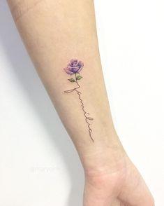 """Tatuagem criada por Mary Ellen de João Pessoa. """"Família"""", em escrita fina e delicada junto com flor violeta."""