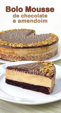 Esse Bolo de Chocolate com Mousse de Amendoim combina perfeitamente uma base de bolo de chocolate fofinho com uma mousse leve e aerada, que tem um sabor que lembra paçoca. Tudo coberto com ganache de chocolate ao leite e amendoins torrados. #receita #bolo #doce #sobremesa #amendoim #torta #tortadoce Creme Brulee, Christmas Desserts, Cheesecakes, Tiramisu, Crafts For Kids, Food And Drink, Low Carb, Banana, Ethnic Recipes