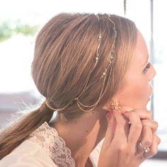 Peinado con coleta baja y cadena en el pelo - TELVA