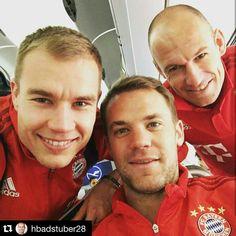 Ready for departure with my friends Manuel Neuer and Arjen. German Boys, Lewandowski, European Football, World Cup, Couple Photos, Soccer Stuff, Game, Friends, Beautiful