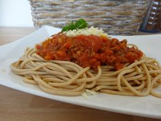 Spaghetti ala bolognese z makaronem pełnoziarnistym Spaghetti, Bolognese, Pasta, Homemade, Ethnic Recipes, Food, Meal, Home Made, Eten
