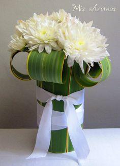 Arreglo floral con hojas de formio                                                                                                                                                      Más