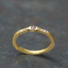 Alliance or diamants par Esther Assouline, exclusivement chez l'Atelier des Bijoux Créateurs.