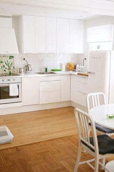 Cozinha branca com alguns detalhes verdes