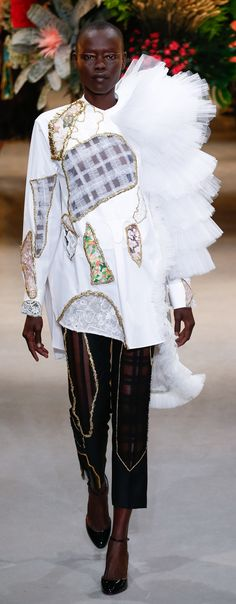 See all the Viktor & Rolf Haute Couture Spring/Summer 2017 photos on Vogue. Collection Couture, Fashion Show Collection, Style Couture, Haute Couture Fashion, Fashion Week, Fashion 2017, Victor And Rolf, Monochrome Fashion, Spring Couture