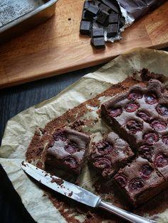 Čokoládový koláč s ricottou a třešněmi Yami Yami, Butcher Block Cutting Board, Ricotta, Food And Drink, Low Carb, Meat, Baking, Recipes, Cakes