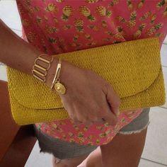 Bom dia! Um minuto para os detalhes  #look #lookdodia #detalhes #clutch #clutchdepalha #pulseiras #pulseirismo #pulseirismododia #moda #fashion #dodia #bolsa #bolsadepalha #lindamoliva #euusolindamoliva ##lookday #lookemgrupo