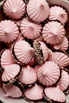 Peppermint Meringue Kisses — Amanda Frederickson Meringue Cookie Recipe, Meringue Desserts, Cute Desserts, Meringue Cake, Christmas Treats, Christmas Baking, Christmas Cupcakes, Peppermint Meringues, Meringue Kisses
