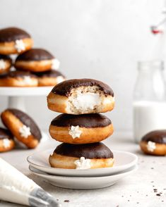 These delicious tiramisu donuts are inspired by the italian classic dessert. Filled with a creamy tiramisu filling and glazed with an espresso chocolate glaze Chocolate Donuts, Chocolate Glaze, Melting Chocolate, White Chocolate, Donut Recipes, Tart Recipes, Dessert Recipes, Sweet Recipes, Classic Desserts