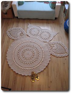 Hedvig Owl Carpet - free crochet video tutorial available in English and Polish with row by row charts by Magic Carpet Studio.