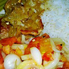 Arroz, filetes de cerdo encebollado y ensalada de tomate y cebolla