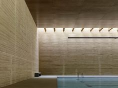 Rammed earth wall - Indoor Swimming Pool in Toro Vier Arquitectos. Rammed Earth Homes, Rammed Earth Wall, Indoor Pools, Lap Pools, Backyard Pools, Pool Decks, Pool Landscaping, Martin Rauch, Swiming Pool