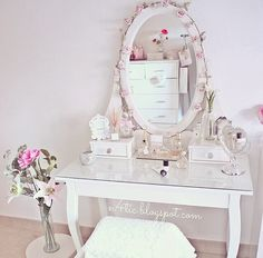 Wonderful Pictures Make up corner Concepts Brain experts have looked over dancers in the pinnacle and found: they teach important abilities an Shabby Chic Vanity, Vanity Decor, Vanity Ideas, Interior Exterior, Home Interior Design, Room Ideas Bedroom, Bedroom Decor, Makeup Rooms, Makeup Desk