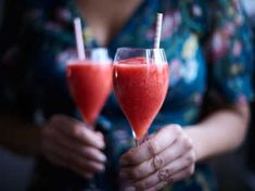 Healthy food to eat in mexico Party Food And Drinks, Fun Drinks, Yummy Drinks, Alcoholic Drinks, Beverages, Healthy Foods To Eat, Healthy Recipes, Drink Recipes, Rose Drink