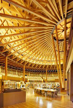 24時間365日開館している秋田の大学図書館。「本のコロセウム」をテーマとしたデザインで、6本の支柱が天井を支える伝統技術を生かした傘型の梁は、木材の美しさを強調し、そのあたたかみを利用者に感じさせる繊細で深遠な空間となっています。