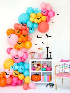 How BATtastic is this colorful Halloween party set up complete with bat balloon garland? I'm sharing details on how to recreate the look… Halloween Balloons, Pink Halloween, Halloween Party Themes, Halloween Crafts For Kids, Halloween Bats, Halloween Party Decor, Holidays Halloween, Halloween 2019, Halloween House