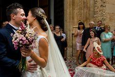 Beso de los recién casados a la salida de la ceremonia celebrada en la Basílica de Nuestra Señora del Socorro