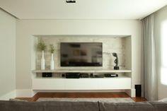 Sala de TV - home theater - com marcenaria personalizada e parede em cinza concreto. Decoração contemporânea e  sofisticada. Projeto de reforma e decoração em apartamento de 250 m2 em São Paulo.