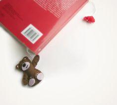 Segnalibro orsetto in feltro con cuoricino di Buttonstyle su Etsy, €8.00