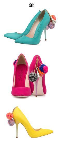 Zapatos de colores y con pompones, el accesorio de toda fashionista.