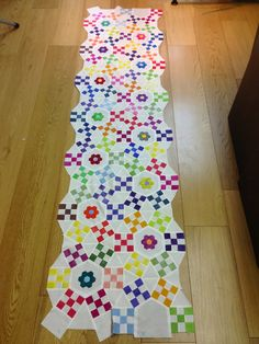Colorful Jacks Chain with smaller hexagon flowers appliqued onto larger center hexie. This would be a beautiful table runner! Circle Quilts, Hexagon Quilt, Quilt Block Patterns, Quilt Blocks, Scrappy Quilts, Mini Quilts, Nine Patch Quilt, Traditional Quilts, Machine Quilting