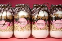 cowgirl cookies by bakerella. how cute are these mason jars? and the recipe is included :-) Mason Jar Favors, Mason Jar Cookies, Mason Jar Gifts, Cookie Jars, Cookie Mixes, Gift Jars, Cookie Swap, Cookie Dough, Food Gifts