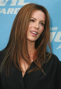 Kate Beckinsale wearing her hair long and straight, with a middle part and textured. Auburn hair with highlights. Auburn Hair With Highlights, Burgundy Highlights, Partial Highlights, Pretty Hairstyles, Straight Hairstyles, Kate Beckinsale Hair, Hollywood, Good Hair Day, Brunette Hair