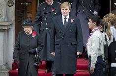LONDEN - In het internationale diplomatieke verkeer zijn het vaak de kleine gebaren die het meest indruk maken. Aandacht voor details die laten zien dat een gebaar welgemeend is en niet een verplicht nummer. Koningin Beatrix was daar een expert in, en koning Willem-Alexander liet zondag in Londen zien dat hij geen moeite heeft haar... (Lees verder…)