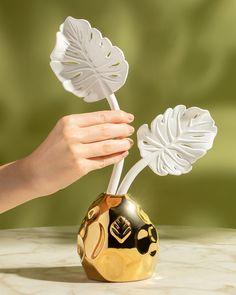 Criamos o difusor Costela de Adão para trazer ainda mais beleza e personalidade para sua casa. Feito inteiramente em porcelana, o perfume se difunde através da artesanal esculta de folha - que faz as vezes das varetas de fibra. #difusor #difusordeporcelana #decor #homedecor #perfumaria #taniabulhoes #costeladeadao Fragrances, Perfume, Monstera Deliciosa, Wedding Shot List, Diffuser, Personality, Beauty, Porcelain Ceramics, Fragrance