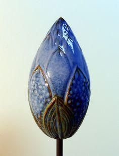 """Gartenschmuck++""""KNOSPE""""+leuchtendblau+glänzend+von+Werkstatt+für+Gartenkeramik++Brigitte+Peglow+auf+DaWanda.com"""