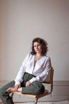 La blouse Carla - Katoune  Un cache-coeur revisité qui met en valeurs votre silhouette. Facile à associer, il se porte aussi bien avec un jean ou avec un pantalon smart plus habillé. Une blouse intemporelle, chic et facile à porter. #swissbrand #madeinportugal Blouse, Normcore, Portugal, Body, Collection, Blogging, Silhouette, Mini, Style