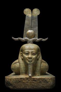 """""""Le réveil d'Osiris"""" montre le redressement du dieu revenant à la vie. Son visage d'une intemporelle beauté exprime la sérénité et toute la certitude d'une jeunesse renouvelée."""
