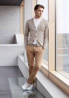 Acheter la tenue sur Lookastic: https://lookastic.fr/mode-homme/tenues/cardigan-t-shirt-a-col-rond-pantalon-chino-baskets-basses-ceinture/8640 — T-shirt à col rond blanc — Cardigan gris — Ceinture en cuir gris — Pantalon chino brun clair — Baskets basses blanc