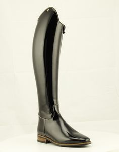 Petrie Sublime in patent and contrastsole. Very elegant dressage boot with a extremely narrow cut around the ankle. This model is therefore specifically suitable for slim legs. The boots have a zipper on the front inside. The sole is black, a contrast sole is optional. Horse Riding, Riding Boots, Horse Show Clothes, Equestrian Outfits, Slim Legs, Tall Boots, Dressage, Girls Best Friend, Contrast